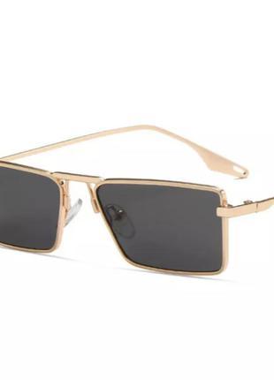 Очки солнцезащитные с золотистой оправой и чёрным стеклом