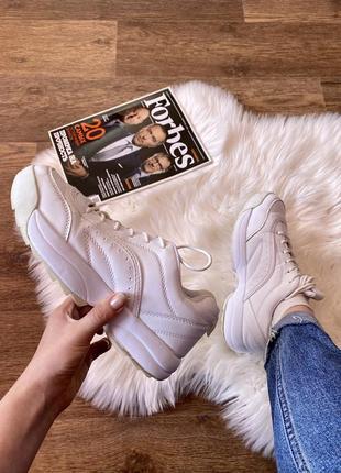 Белые модные кроссовки