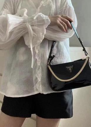 Женская лаковая сумочка guess гес багет через плечо с цепочкой черная