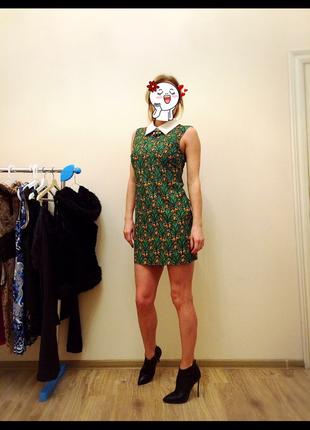 Платье зеленое с белым воротником и брошью
