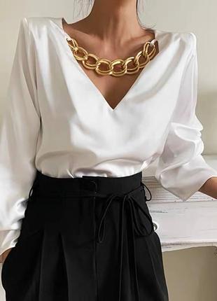 Женская красивая блуза с украшением