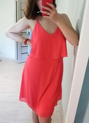 Яркое миди платье с вырезом и шнуровкой на спине, персикового цвета, с оборкой на спинке.