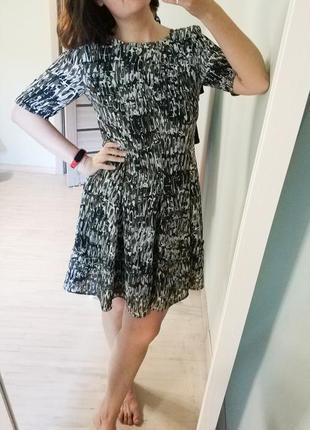 Платье мини, приталенное, а силуэта, с оборкой.