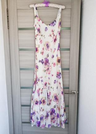 Шикарное шифоновое макси платье в цветочный принт, молочного цвета на тонких бретелях.