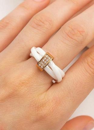 Шикарное кольцо из керамики и позолоченной вставкой с цирконами
