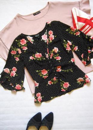 Блуза с баской в горошек и цветочный принт с рюшами на рукавах