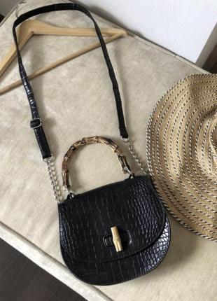 Красивая сумочка с деревянной ручкой на длинном ремешке.