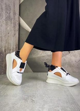 Крутые стильные кожаные кроссовки белые