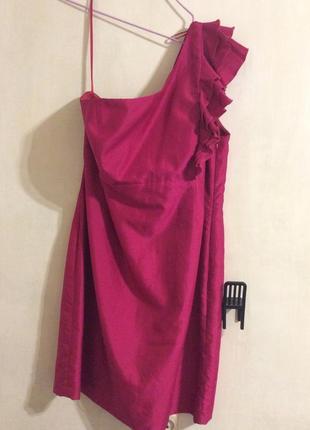 Коктейльное платье с открытым плечом