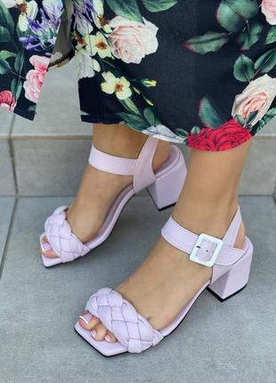 Женские кожаные босоножки на среднем каблуке косички