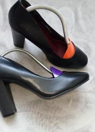 Черные туфли с широким каблуком