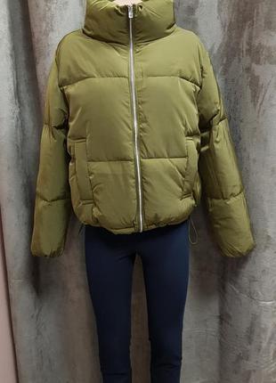 Короткая утепленная куртка цвета хаки