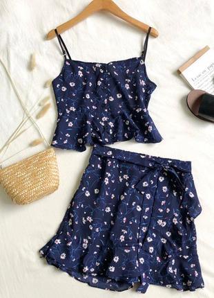 Комплект в цветочный принт (топ на пуговицах и юбка-шорты) синий