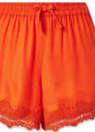 Яркие шорты с кружевом