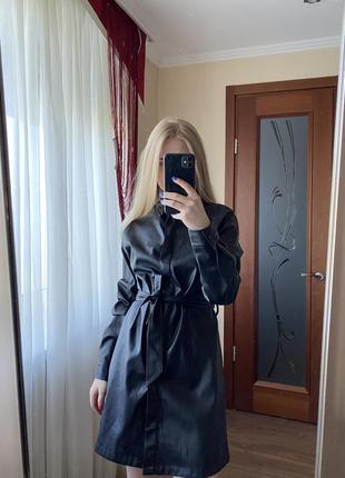 Чёрное платье-рубашка из экокожи stradivarius