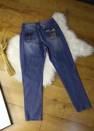 Шикарные плотные джинсы boohoo с рисунками на кармашках