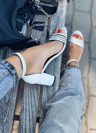 Босоножки на каблуке белые