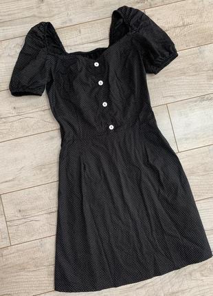 Платье в горошек с квадратным вырезом