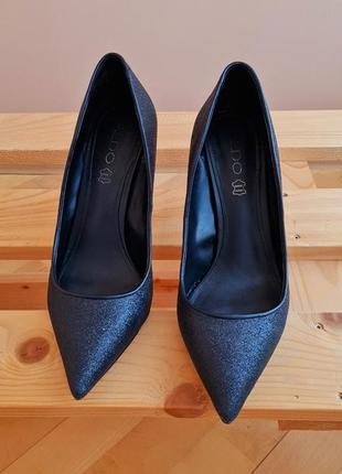 Сяючі оригінальні туфлі.
