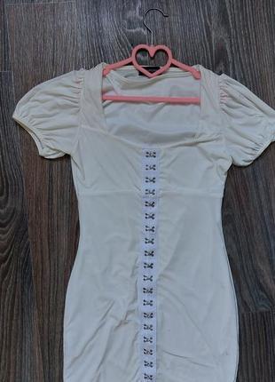 Платье на застежках prettylittlething
