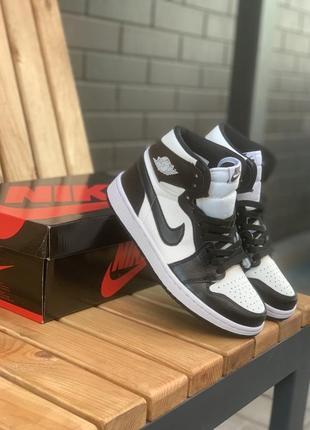 Шикарные женские кроссовки nike air jordan 1 retro high белые с чёрным