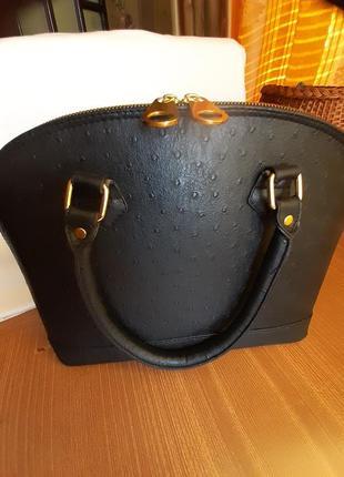 Женская сумка под страусиную кожу на молнии.