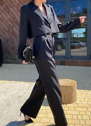 Стильный черный элегантный костюм классика с укороченным пиджаком