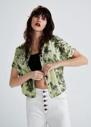 Zara кроп топ/рубашка с принтом тай -дай из вискозы