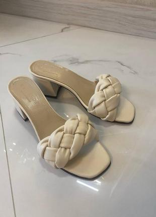 Босоножки кожаные на каблуке