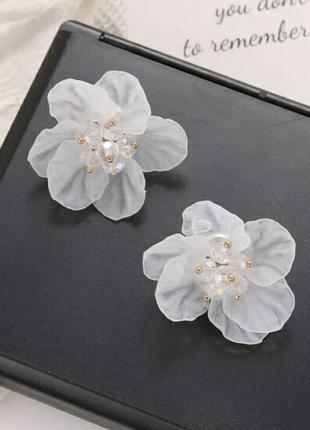Серьги сережки с белым цветком