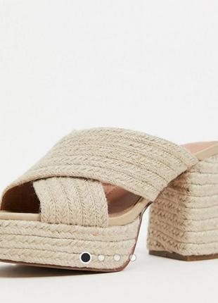 Бежевые коричневые трендовые шлёпанцы мюли на каблуке платформе с джутовой отделкой asos zara new look