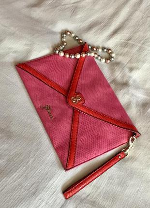Клатч - конверт  ярко-розовый с короткой ручкой, натуральн. кожа. guess