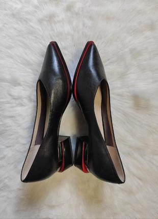 Черные натуральные кожаные туфли лодочки на низком каблуке красной подошвой дизайнерские