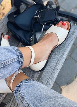 Кожаные сандалии с ремешком. наложка