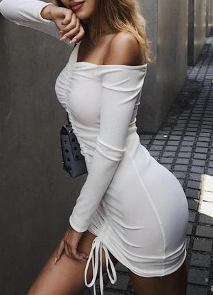 Белое летнее платье по фигуре в рубчик с открытыми плечами