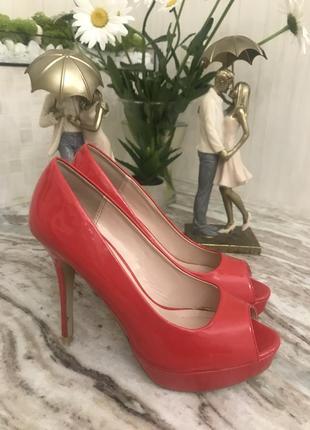 Красные лаковые босоножки/туфли на каблуке