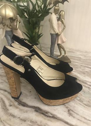 Чёрные босоножки на высоком устойчивом каблуке с открытой пяткой