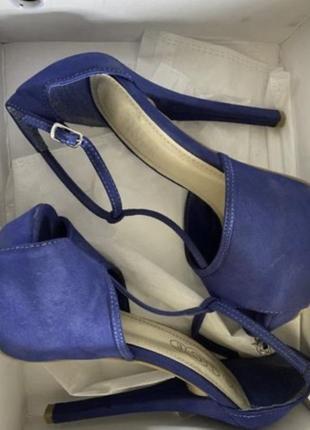 Замшевые синие босоножки на шпильке