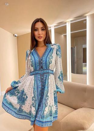 Красивое платье белое с голубым принтом