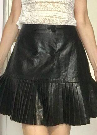 Zara шикарная черная мини юбка ( кожзаменитель) на запах как новая