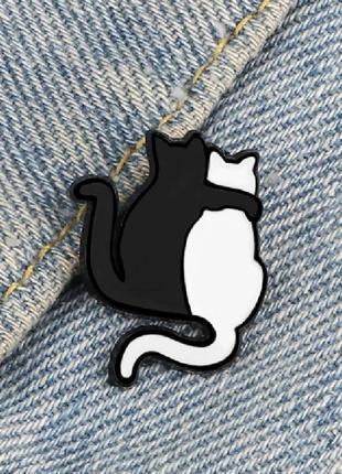 Брошь обнимающиеся кошки