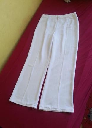 Классические белые брюки прямого кроя