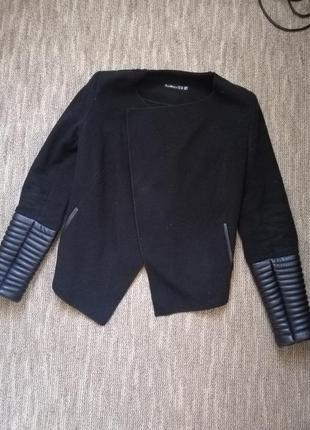 Стильный удобный пиджак с рукавами под кожу