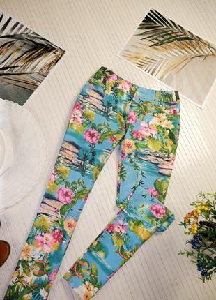Шикарные яркие бирюзовые джинсы зауженные скини с рисунком amisu zara