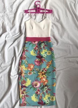 Квітчаста сукня міді