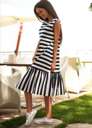 Стильное летнее платье в черно-белую полоску