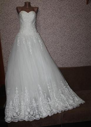 Свадебное платье с шлейфом ( ручная работа)