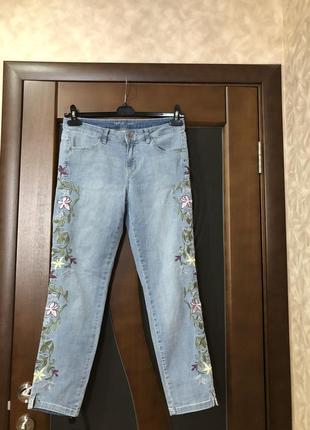Трендовые джинсы с вышивкой дорогого бренда. недорого