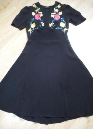 Чёрное платье миди с вышивкой и двумя разрезами спереди.