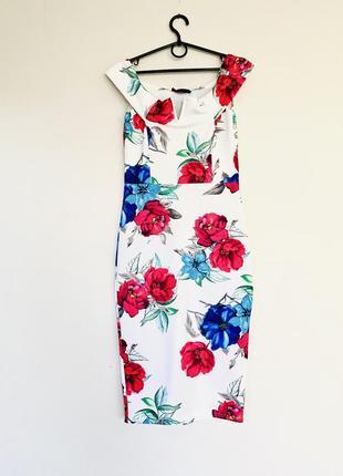 Актуальное платье в цветочный принт по фигуре.